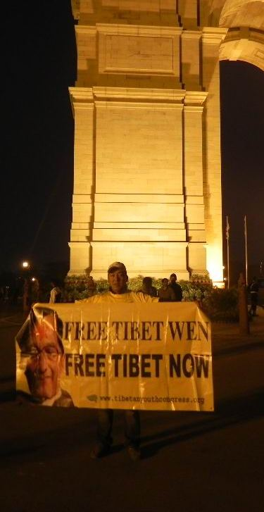 Studenti tibetani e indiani manifestano a delhi per l'arrivo del premier cinese Wen Jiabao.