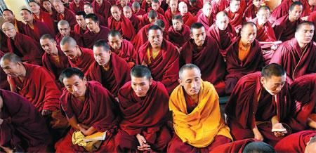 Monaci buddisti in preghiera