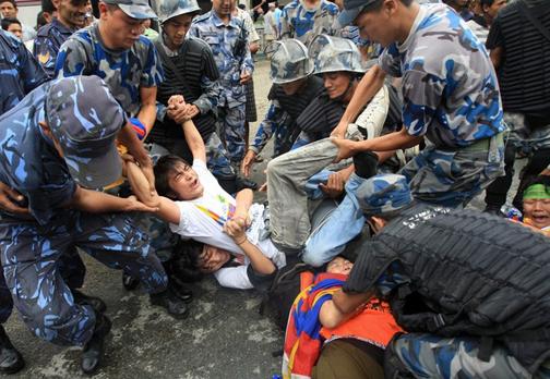 La polizia nepalese reprime le manifestazioni di profughi tibetani.