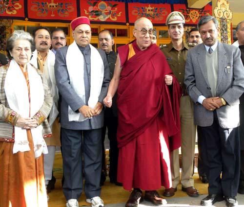 Sua Santità il Dalai Lama col Primo Ministro dello stato Indiano dell'Himachal Pradesh Prem Kumar Dhumal a Dharamsala