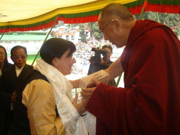 Rita Cantoni riceve il premio dal Dalai Lama
