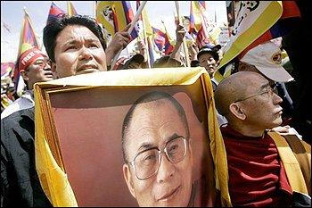 Jigme K.Norbu regge un ritratto del Dalai Lama in una delle sue tante marce per il suo Tibet