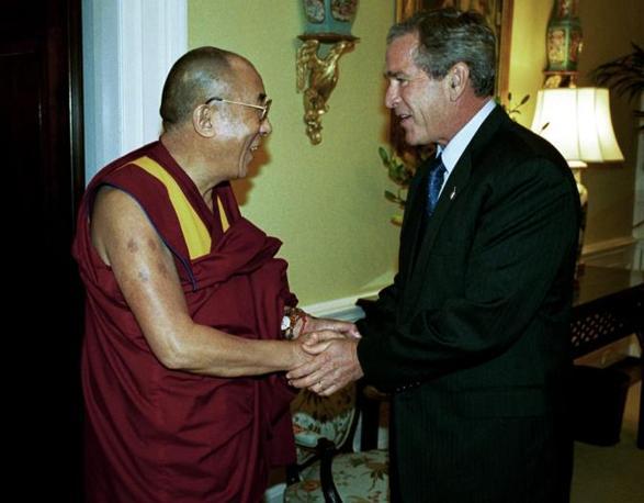 Il Presidente Usa George W. Bush il 10 settembre 2003 riceve alla Casa Bianca Sua Santità il Dalai Lama