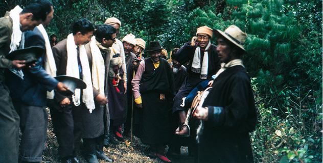 Sua Santità il Dalai Lama riceve l'omaggio della sua gente sulla via dell'esilio dal Tibet nell'aprile 1959.