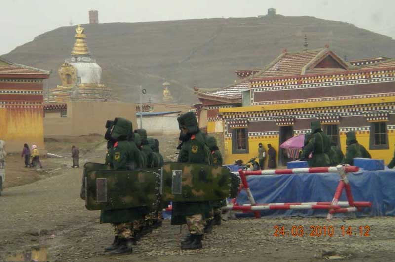 Il monastero di Kirti strettamente presidiato dalla polizia in assetto antisommossa il 24 marzo 2010.