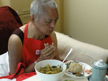 il ven. Lama Zopa Rinpoche in ospedale: con grande difficoltà raccoglie le mani nel mudra della prostrazione durante la pratica di vasta offerta.