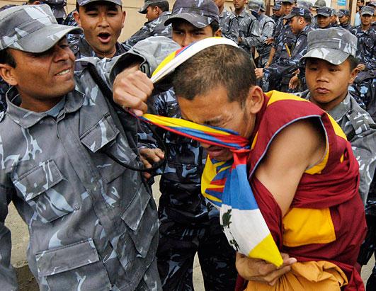 Monaci tibetani caricati dalla polizia in Nepal. L'Ue ha invitato le autorità nepalesi ad astenersi da arresti preventivi e restrizioni su manifestazioni e libertà di parola