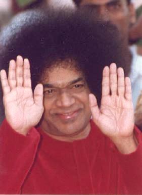 Il guru indiano Sathya Sai Baba, considerato da milioni di fedeli una divinità vivente.