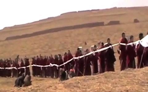 Il funerale di Phuntsok, monaco di Kirti, si è dato fuoco in protesta contro l'occupazione cinese.