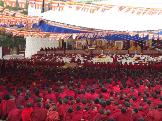 """Il professor Samdhong Rinpoche, ex Kalon Tripa (Capo di gabinetto) del governo tibetano in esilio: """"Per partecipare allaffollatissimo 'incontro  di Kardze i tibetani hanno rischiato di essere arrestati o fatti sparire, hanno scelto di rischiare ogni cosa per celebrare e preservare la cultura tibetana""""."""