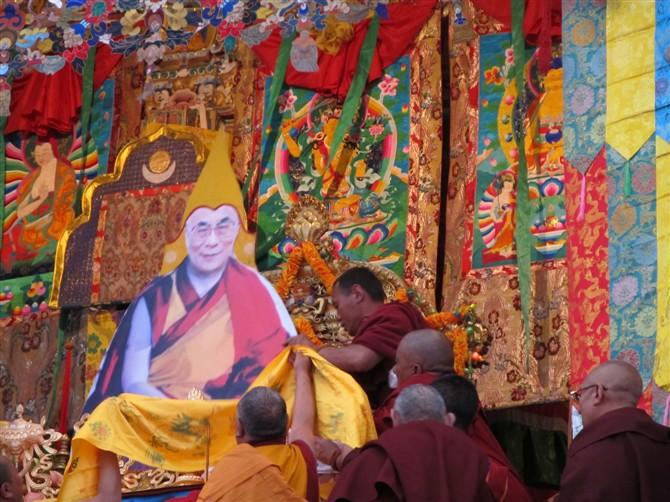 La sfida della popolazione tibetana è culminata nella cerimonia di consacrazione sul trono del tempio di Kham Lithang d'un grande ritratto del Dalai Lama.