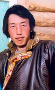 Samphel Dhondup, un tibetano di ventitré anni della Contea di Kardze (nella foto), è stato condannato a tre anni di carcere per aver partecipato a una pacifica protesta contro il governo cinese in Tibet e il duro trattamento che il regime riserva alla popolazione. Tibet Net, il sito ufficiale dell'Amministrazione Centrale Tibetana, riferisce di aver appreso da fonte attendibile che il fatto risale allo scorso 10 luglio 2011. Quel giorno, tre giovani tibetani – Samphel Dhondup, ventitré anni, Lobsang Phuntsog, diciassette anni e Lobsang Lhundup – inscenarono, attorno alle 4.00 del pomeriggio, una pacifica manifestazione di protesta nella Contea di Kardze (Regione Orientale del Kham). Furono immediatamente arrestati dalla polizia che li trasferì in un vicino centro di detenzione. Lobsang Phuntsok e Lobsang Lhundup furono rilasciati sulla parola ma Samphel Dhondup fu condannato dal tribunale locale a tre anni di carcere per aver organizzato la manifestazione di protesta e aver turbato l'ordine pubblico. Le autorità cinesi, dopo la sentenza, non hanno rese pubbliche le ragioni del suo arresto e il luogo della sua detenzione.  Ricorda Tibet Net che dalla morte di Tsewang Norbu, il monaco del monastero di Nyatso che alla metà dello scorso mese di agosto si è ucciso dandosi fuoco in segno di protesta contro l'illegale occupazione del Tibet e la durissima repressione cinese, le autorità hanno dispiegato in tutta la regione del Kham e in particolare attorno al monastero, situato nella cittadina di Tawu, migliaia di militari che presidiano strettamente la zona e impediscono l'accesso all'istituto religioso. Sono state chiuse strade, scuole, ristoranti e bar. Sono stati rafforzati i controlli sui movimenti dei tibetani, sulle linee di comunicazione telefoniche e sui collegamenti internet. Un'altra condanna a tre anni di carcere è stata pronunciata da una corte cinese nel Sichuan nei confronti di Paljor, residente a Ngaba, accusato di aver preso parte alle proteste antigovernat