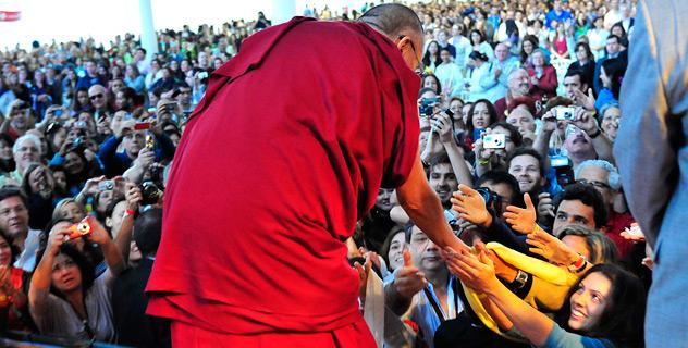Moltissime persone sonovenute ad ascoltare Sua Santitàil Dalai Lama nella sua recente visita in America Latina, qui lo vediamo mentre stringe migliaia di mani a San Paolo in Brasile.