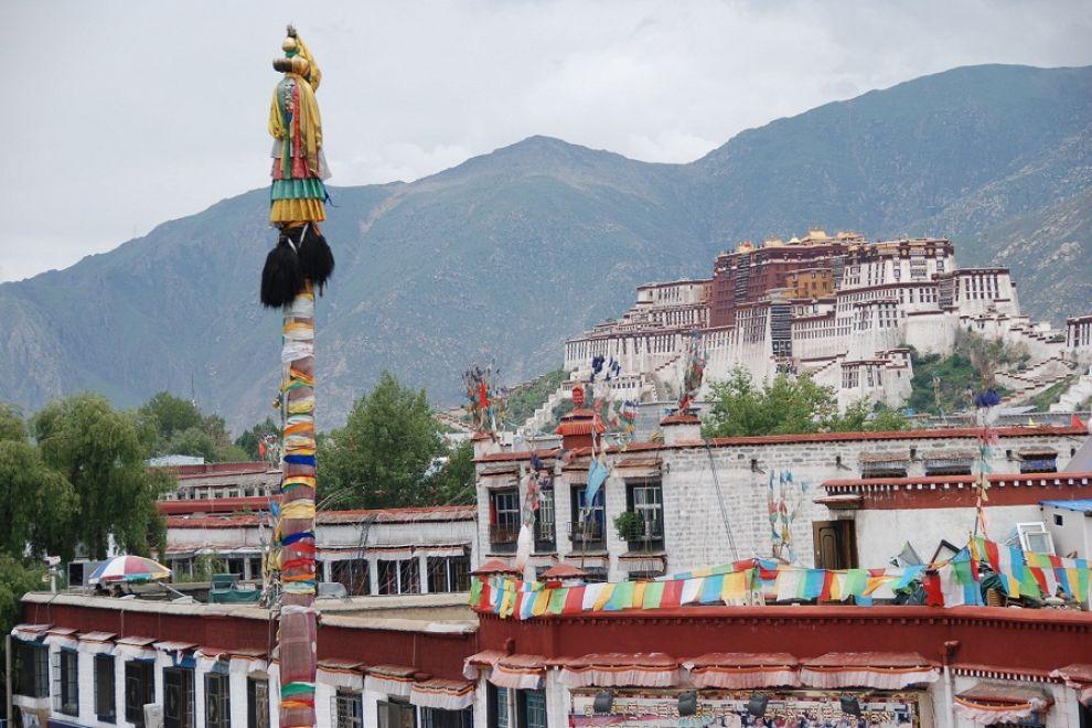 Del Dalai Lama, l'ex padrone di casa, non c'è traccia. Nessuna immagine, nessun riferimento da parte dei monaci che accolgono i flussi di visitatori al Potala.