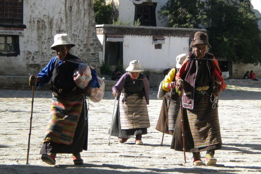 Pellegrini tibetani a Lhasa. La verità è che la situazione resta tesa non solo in Tibet ma anche nel confinante Sichuan, dove a marzo e ancora pochi giorni fa due monaci si sono dati fuoco e sono morti per protestare contro le restrizioni imposte da Pechino e per il ritorno a Lhasa del leader spirituale dei buddisti tibetani.