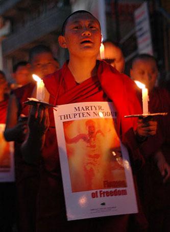 Il 26 settembre 2011 due monaci tibetani diciottenni del monastero di Kirti si sono dati fuoco per sottolineare la gravità della situazione e il continuo deteriorarsi della condizione dei tibetani all'interno del Tibet a causa della pressione e degli strettissimi controlli esercitati sulla popolazione tibetana delle autorità cinesi.