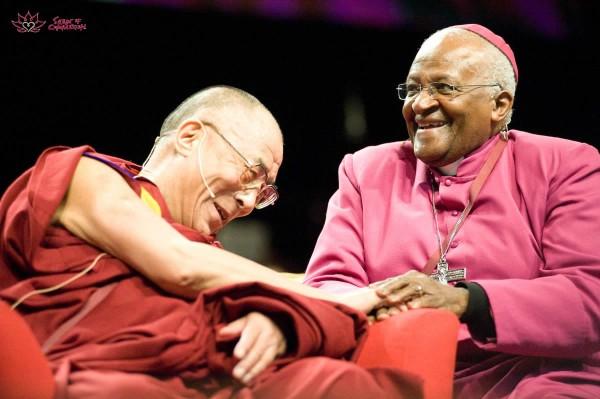 Sua Santità il Dalai Lama saluta affettuosamente l'arcivescovo Desmond Tutu