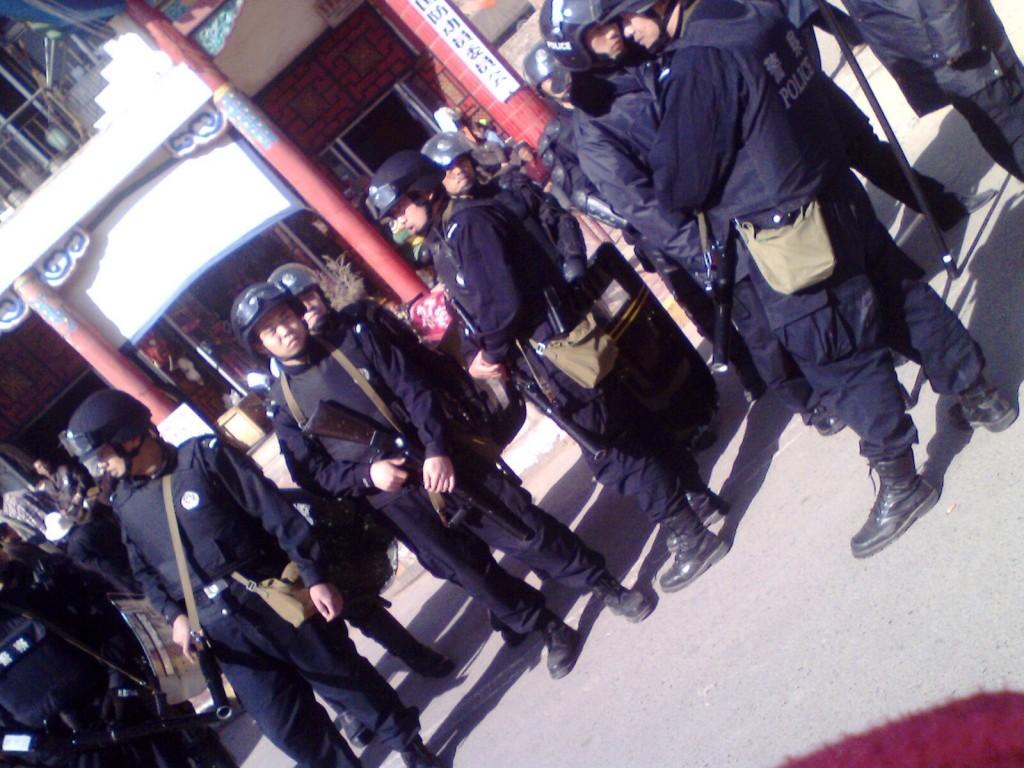 Il monaco tibetano Kalsang del monastero di Kirti si è dato fuoco al mercato della città stringendo in mano una fotografia del Dalai Lama per protesta alla repressione in atto da tempo.