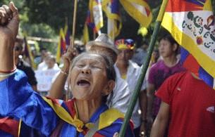 """Prima di darsi fuoco, i due monaci hanno urlato di volerlo fare """"per la causa del Tibet"""" e per protestare """"contro la situazione intollerabile che si vive a Ngaba""""."""