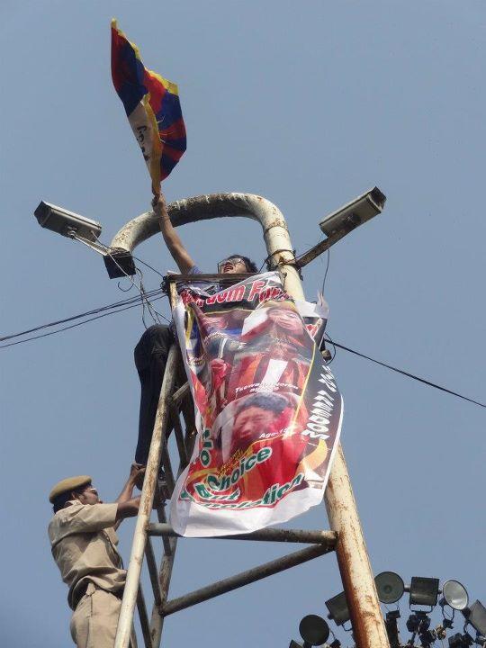 Proteste a Delhi di fronte all'ambasciata cinese