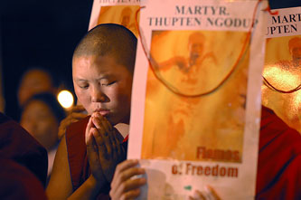 Monaci tibetani in preghiera per i loro martiri.