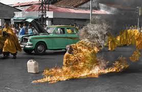 Quello dell'ex monaco Tenzin Phuntsog è il dodicesimo caso di auto immolazione avvenuto in Tibet nell'arco di pochi mesi.