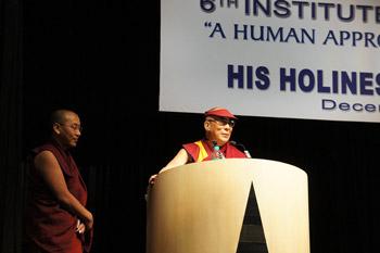 """Sua Santità il Dalai Lama durante il suo discorso su """"Un approccio umano per la pace mondiale"""" presso l'Indian Institute of Management, Calcutta, Kolkata, in India, il 1° dicembre 2011. Foto / Tenzin Taklha / OHHDL"""