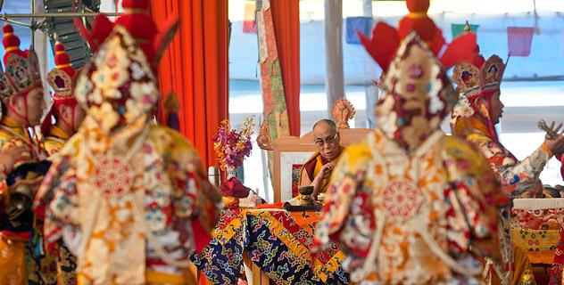 Sua Santità il Dalai Lama assiste alle danze di purificazione dei sito dove si tiene il Kalachakra per la Pace universale a Bodhgaya India nel gennaio 2012.