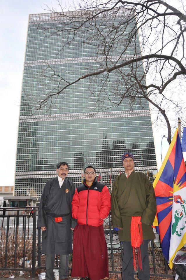 I tre digiunatori: Shingza Rinpoche, 32 anni – un lama di alto rango che da tempo si batte per la libertà del Tibet, Dorjee Gyalpo, 59 anni - un tibetano residente negli Stati Uniti, e Yeshi Tenzin, 39 anni.