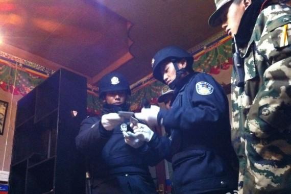 Ultimamente i controlli della polizia cinese nelle case di tibetani si stanno intensificando.