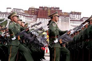Soldati cinesi sotto il Potala, l'ex residenza del Dalai Lama.