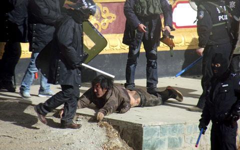 Pestaggio di un tibetano da parte di poliziotti cinesi