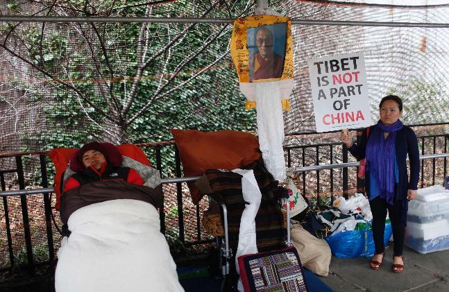 Il Ven. Lama Shingza Rinpoche al suo 29° giorno di sciopero della fame davanti al Palazzo di Vetro sede delle Nazioni Unite a New York.