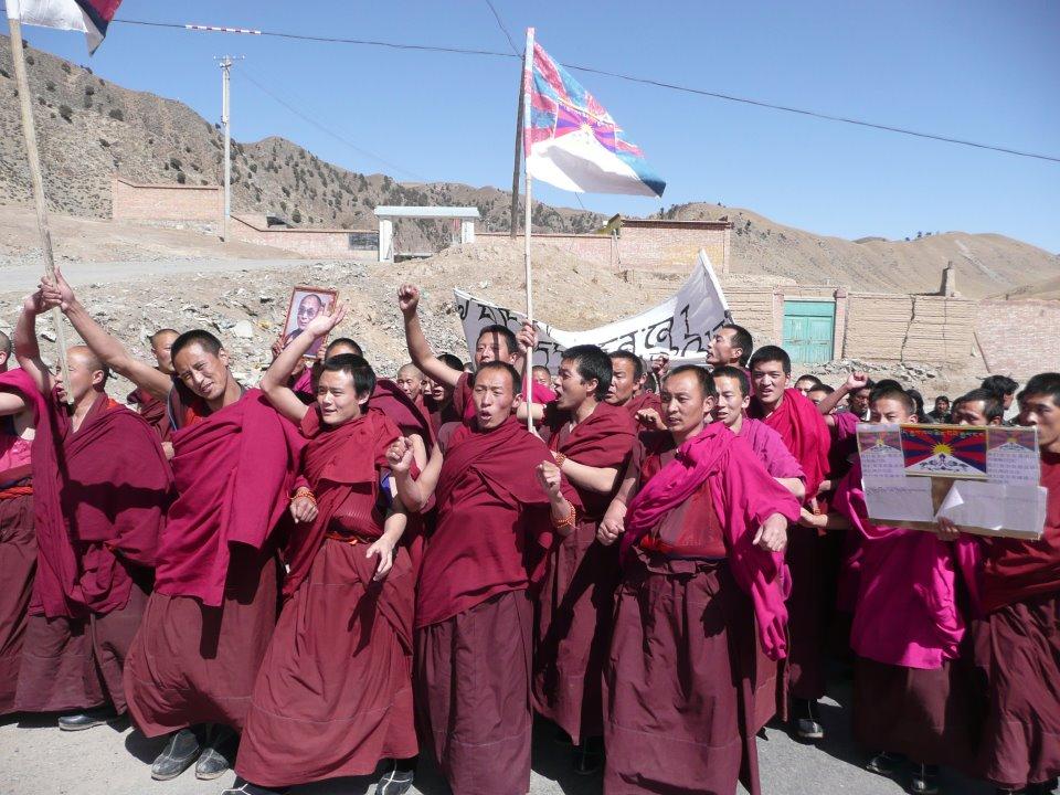 Manifestazione di monaci tibetani in un monastero in Tibet.