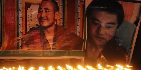 Ritratti di martiri tibetani immolatisi recentemente col fuoco esposti a Dharamsala in India, il luogo dell'esilio del Dalai Lama.