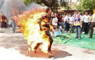 Il tibetano di 27 anni Jampa Yeshi ha riportato ustioni sulla maggior parte del corpo