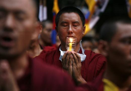 tibet__monaco_in_preghiera
