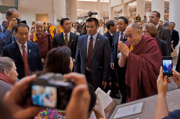 Well-wishers greet His Holiness the Dalai Lama on his arrival at his hotel in Long Beach, California, on April 20, 2012. Photo/Max Roper