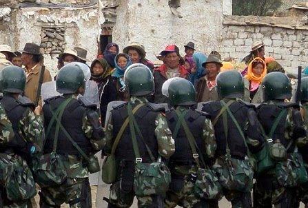 La polizia fronteggia una protesta di tibetani