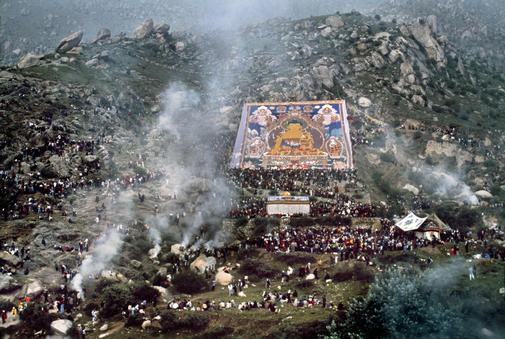 Cerimonia d'esposizione dell'effigie del Buddha al Monastero di Drepung in Tibet