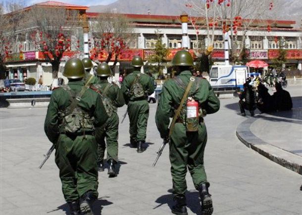 Soldati cinesi presidiano Lhasa