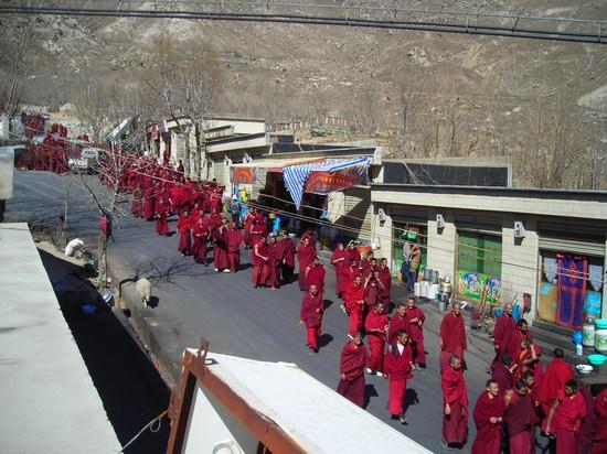 monaci in marcia per la difesa della loro religione in Tibet