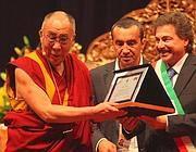 Il Dalai Lama riceve dal sindaco Musella la cittadinaza onoraria di Assago