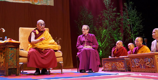 The Bishop of Manchester, the Right Rev Nigel McCulloch, introduces His Holiness the Dalai Lama at the start of the teachings in Manchester, England, on June 17, 2012. Photo/Jeremy Russell/OHHDL