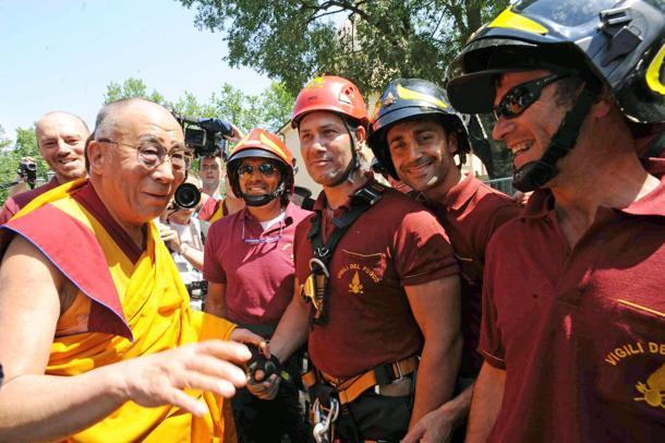 Il Dalai Lama con i vigili del Fuoco a Mirandola