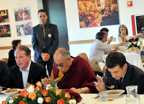 Sua Santità il Dalai Lama ha voluto accanto a sè a tavola Plinio Benedetti e don Pierluigi Di Piazza, gli organizzatori della sua visita.