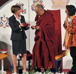 Il rettore dell'Università di Udine, Cristiana Compagno, consegna le scarpets, regalo simbolico di perseveranza, a Sua Santitàil Dalai Lama
