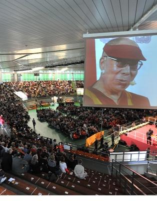 Sua Santità il Dalai Lama ha parlato di pace nel cuore nel gremitissimo Palasport Carnera di Udine