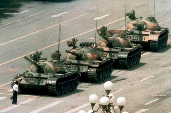 Piazza Tien An Men giugno 1989. Nel coraggio di questo eroe sconosciuto la speranza di poter cambiare la storia in nome di un ideale.