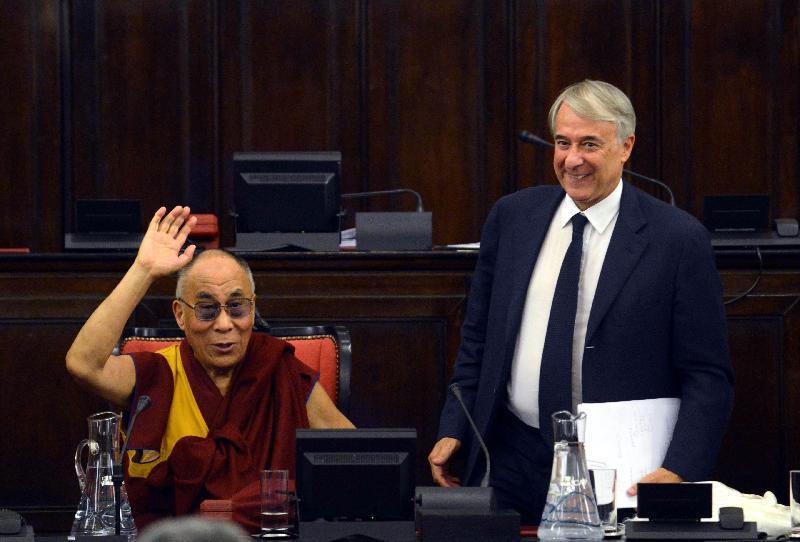 Tra il sindaco di Milano Giuliano Pisapia e il Dalai Lama è nata oggi una vera e propria «amicizia» fondata sul comune pensiero che «questa crisi può aiutarci ad andare verso un mondo migliore.